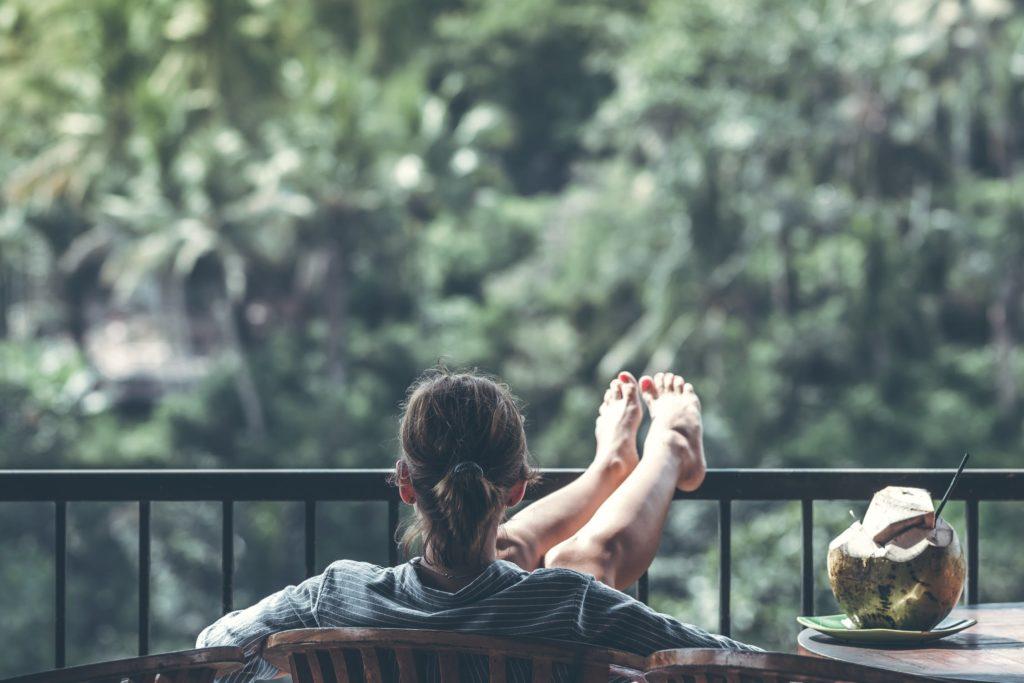 slapper av på verandaen